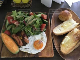 テーブルの上に食べ物の種類でいっぱいのボックス - No.722962