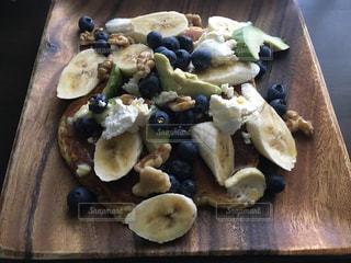 近くに木製のまな板の上に食べ物のアップ - No.722963