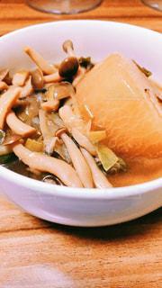 板の上に食べ物のボウルの写真・画像素材[1779800]