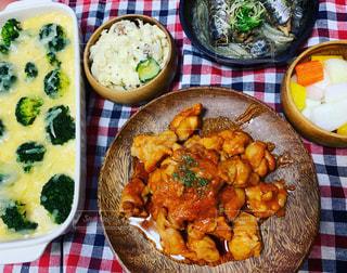 テーブルの上に食べ物のプレートの写真・画像素材[1780531]