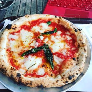 テーブルのピザの写真・画像素材[1780542]