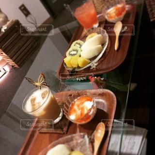 木製テーブルの上にフルーツとケーキの写真・画像素材[1780591]