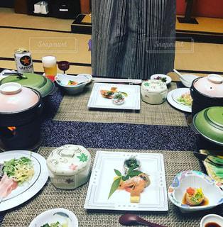 テーブルな皿の上に食べ物のプレートをトッピングの写真・画像素材[1781684]