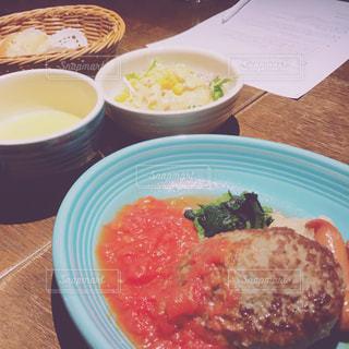 テーブルの上に座って食品のプレートの写真・画像素材[1781748]