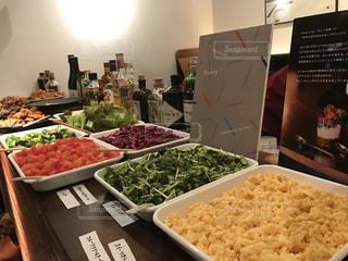 テーブルの上に食べ物の種類でいっぱいのボックスの写真・画像素材[1781749]