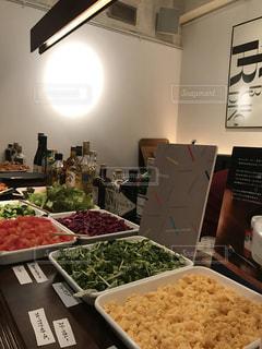テーブルの上に食べ物の種類でいっぱいのボックスの写真・画像素材[1781750]