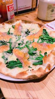 木製のテーブルの上に座ってピザのスライスの写真・画像素材[1781757]