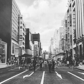 忙しい街の通りの黒と白の写真の写真・画像素材[1781775]