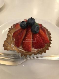 近くに皿の上のケーキのアップの写真・画像素材[1782150]