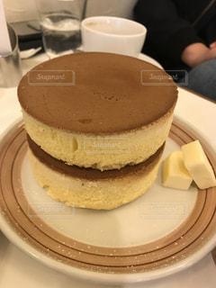 コーヒー カップの横にある皿の上のケーキの一部の写真・画像素材[1782151]