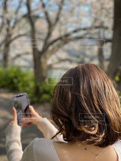 携帯電話で話している女性の写真・画像素材[3073985]