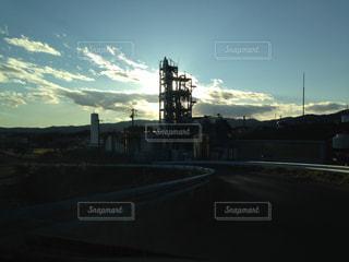 夕暮れ時の工場の写真・画像素材[1807079]
