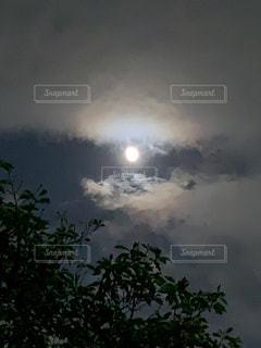 雲間の月の写真・画像素材[2206987]