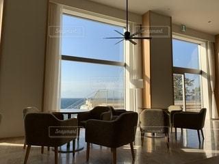 部屋の家具と大きな窓いっぱいの写真・画像素材[1781987]