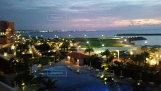 夜のリゾートホテルの景色の写真・画像素材[1782017]