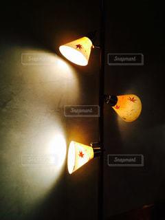 壁に掛かっている光の写真・画像素材[1785354]