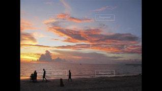 日没の前にビーチの人々 のグループの写真・画像素材[1785358]