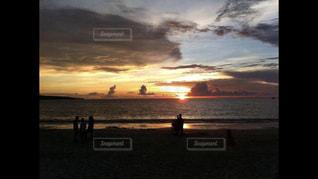 ビーチでの背景の夕日に人々 のカップルの写真・画像素材[1785361]
