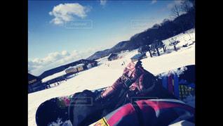 雪をスノーボードに乗る男覆われた斜面の写真・画像素材[1785376]