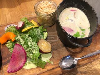 テーブルの上に食べ物のボウルの写真・画像素材[1785393]