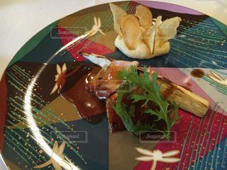 テーブルの上に食べ物のプレートの写真・画像素材[1785400]