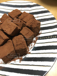 テーブルの上のチョコレート ケーキの写真・画像素材[1785416]