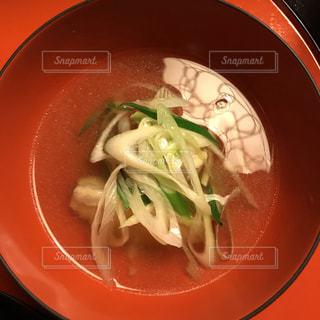 赤いお椀の和食のお汁の写真・画像素材[1794486]