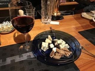 食品とワインのガラスのプレートの写真・画像素材[1820248]