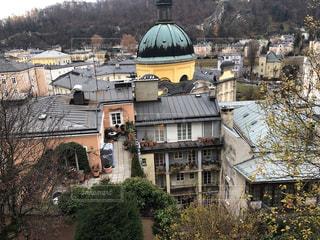 背景の山と建物の写真・画像素材[1785604]