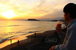 夕日を見ながらコーヒーの写真・画像素材[1789424]