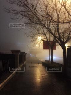 霧に包まれた街の写真・画像素材[1828887]