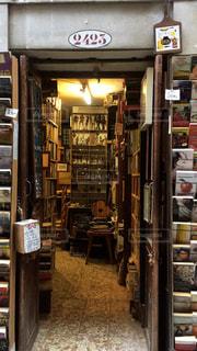イタリア・ベネチアで見つけた地元の本屋さんの写真・画像素材[1827547]