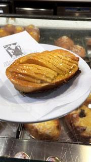 イタリア・ベネチアのローカルなカフェでの朝ごはんアップルパイの写真・画像素材[1827551]