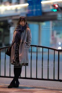 道で立っている女性の写真・画像素材[1807782]