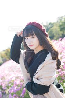 花畑で立っている女性の写真・画像素材[2018013]