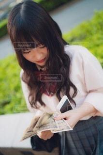 お金を数える女子高生の写真・画像素材[3484176]