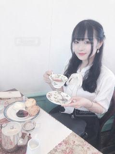 紅茶を持った女性の写真・画像素材[3492997]