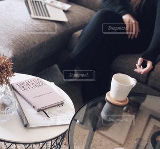 一杯のコーヒーをテーブルに着席した人の写真・画像素材[1785428]