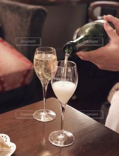 ワイングラスを持つテーブルに着席した人の写真・画像素材[1860218]