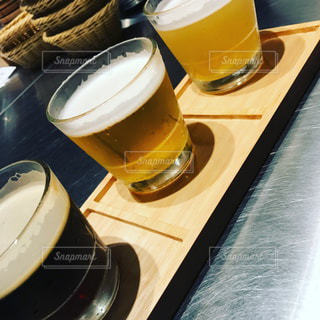 コーヒーやビール、テーブルの上のガラスのカップの写真・画像素材[1786157]