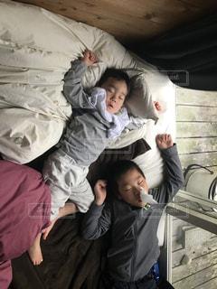 小さな子供はベッドで眠っています。の写真・画像素材[1830017]