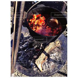 焚き火台でのダッチ料理の写真・画像素材[1787446]