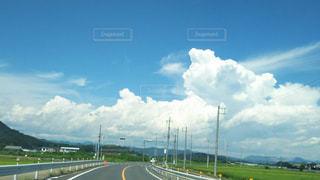 背景の山の高速道路の写真・画像素材[1790847]