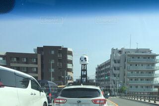 街の通りを走る車の写真・画像素材[2182294]