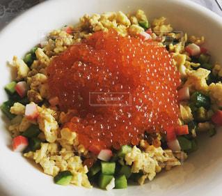 皿の上の食べ物のボウルの写真・画像素材[2289765]