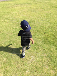 フィールド上にサッカー ボールを抱いて少年の写真・画像素材[1790734]