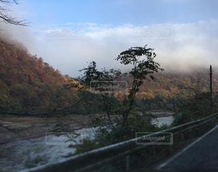 霧がかかった川の写真・画像素材[1790754]