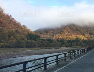 紅葉の山の朝霧の写真・画像素材[1790770]