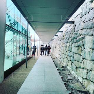 れんが造りの壁の横に長い歩道の写真・画像素材[1868690]
