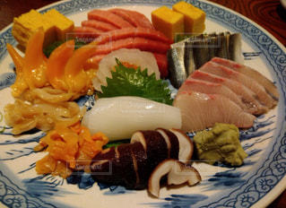 テーブルの上に食べ物のプレートの写真・画像素材[1791787]